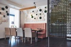 Interior moderno y simple del café con muebles clásicos de madera Imagenes de archivo