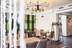 Interior moderno y simple del café con muebles clásicos de madera Foto de archivo libre de regalías