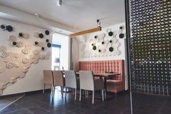 Interior moderno y simple del café con muebles clásicos de madera Imágenes de archivo libres de regalías