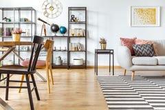 Interior multifuncional con el sofá fotos de archivo