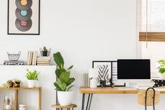 Interior natural e criativo do espaço do estudo para um adolescente com pl imagens de stock