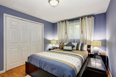 Interior negro y azul del dormitorio con el guardarropa incorporado y el suelo de parqué fotos de archivo