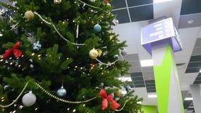 Interior nevoso acogedor del ` s del Año Nuevo Sitio de la Navidad o de Año Nuevo con el árbol de navidad vestido con las bolas y metrajes