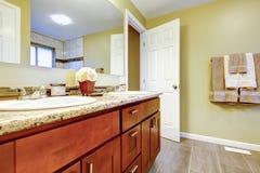 Interior novo do banheiro com o gabinete do dissipador da cereja. Imagens de Stock Royalty Free