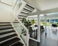 Interior, opinión de la sala de estar de la escalera Foto de archivo