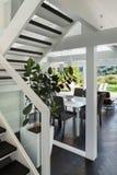 Interior, opinión de la sala de estar de la escalera Imágenes de archivo libres de regalías