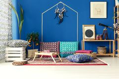 Interior oriental con las almohadas coloridas Imagenes de archivo