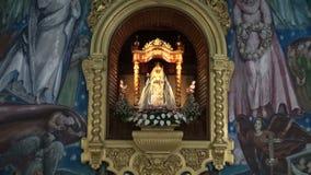 Interior ornamentado bonito do altar da igreja em Candelaria, Espanha video estoque