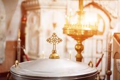 Interior ortodoxo de la iglesia cristiana Cruz y velas durante la adoración Foto de archivo libre de regalías