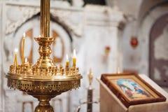 Interior ortodoxo de la iglesia cristiana Icono y velas durante la adoración Imagen de archivo