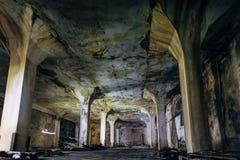 Interior oscuro y espeluznante del pasillo industrial subterráneo en la fábrica abandonada foto de archivo libre de regalías