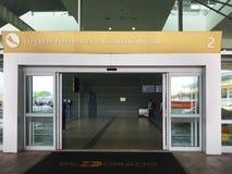 Interior ou interior do EL Dorado do aeroporto em Bogotá com turista e o piloto internacionais de t foto de stock royalty free
