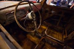 Interior oxidado de un coche viejo fotos de archivo
