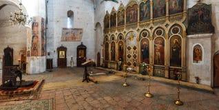 Interior panorámico de la fortaleza y de la iglesia Ananuri, colocándose en la orilla del depósito Zhinvali georgia Fotografía de archivo