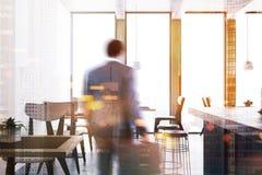 Interior panorâmico branco da barra, homem Fotos de Stock