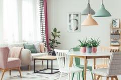 Interior plano en colores pastel moderno Foto de archivo