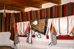 Interior popular rumano tradicional de la casa con la decoración del vintage Imagen de archivo