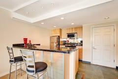 Interior prático pequeno da cozinha Prédio de apartamentos em Seattle fotografia de stock