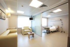 Interior privado da sala de hospital