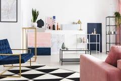 Interior projetado com precisão geométrica no apartamento do coletor da arte fotos de stock royalty free