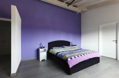 Interior, quarto com parede roxa Imagem de Stock