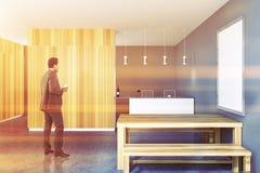 Interior rústico da cozinha, cartaz do quadro, homem de negócios Foto de Stock Royalty Free