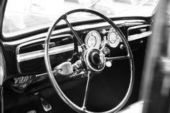 Interior retro do carro do vintage, volante, painel, preto e imagem de stock