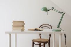 Interior retro simple del espacio de trabajo Libro abierto y una pila de libros fotografía de archivo libre de regalías