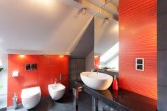 Interior rojo del cuarto de baño fotografía de archivo libre de regalías