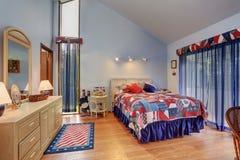 Interior rojo y azul del dormitorio saltado del techo en estilo americano imagen de archivo