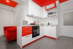 Interior rojo y blanco moderno de la cocina fotos de archivo