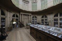 Interior romántico con las herramientas y los cristales científicos foto de archivo