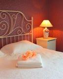 Interior romántico del dormitorio fotos de archivo