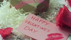 Interior romántico, rosa del rosa, tarjetas del ` s de la tarjeta del día de San Valentín en la tabla elegante 4K Pan Shot almacen de video