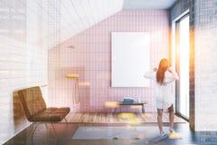 Interior rosado del cuarto de baño del ático de la teja, cartel entonado Fotografía de archivo