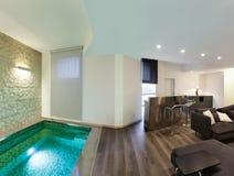 Interior, sala de estar con la piscina Imagen de archivo libre de regalías