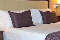 interior Sala de hotel moderna luxuosa Cama enorme em um quarto do hotel de luxo Foto de Stock