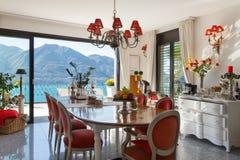 Interior, sala de jantar com decoração clássica foto de stock royalty free