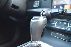 Interior 'sexy' de um carro de esportes que caracteriza um deslocamento de engrenagem de couro ilustração stock