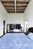 Interior sikt av sovrummet Arkivbild