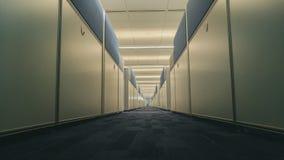Interior simétrico de la oficina con el pasillo largo foto de archivo libre de regalías