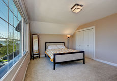 Interior simple con todo elegante del dormitorio con el techo saltado imágenes de archivo libres de regalías