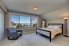Interior simple con todo elegante del dormitorio con la mecedora moderna foto de archivo libre de regalías