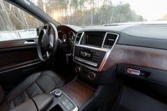 Interior simples contudo à moda e equilibrado de um carro moderno Imagem de Stock