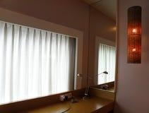 Interior simples do quarto de hotel Fotografia de Stock Royalty Free
