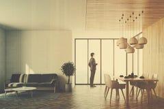 Interior, sofá branco e tabela da sala de visitas tonificados Imagens de Stock Royalty Free