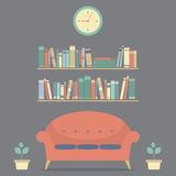 Interior Sofa And Bookshelves do projeto moderno Fotografia de Stock Royalty Free
