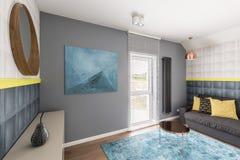 Interior sofisticado con la manta de la turquesa Foto de archivo