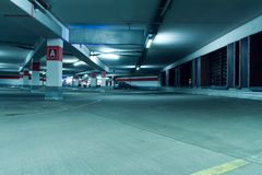 Interior subterráneo del garage de estacionamiento Fotografía de archivo libre de regalías