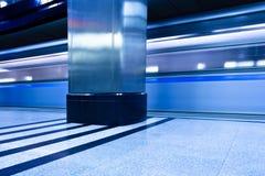 Interior subterrâneo da plataforma com trem do movimento Fotografia de Stock